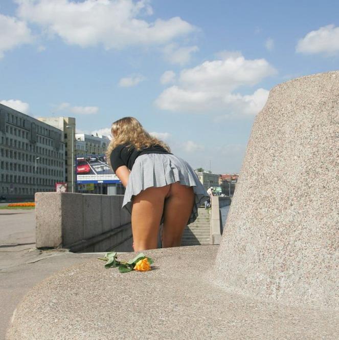 девушки без трусиков в юбке